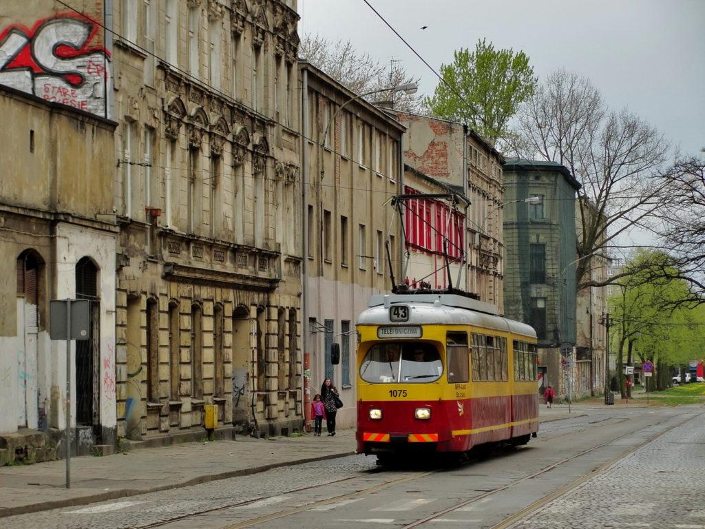 Łódź - stara, opuszczona kamienica. Polesie, tramwaj 43.