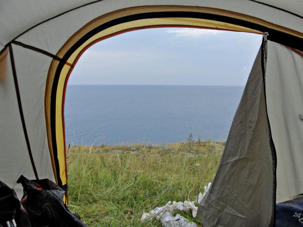 Biwak, nocowanie w namiocie na dziko. Krym, morze
