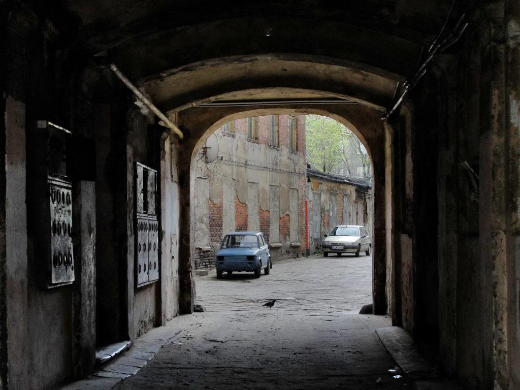 Łódź - stara, opuszczona kamienica. Legionów, podwórko