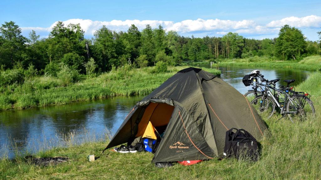 Namiot nad Liwcem. Biwak, nocowanie w namiocie na dziko.