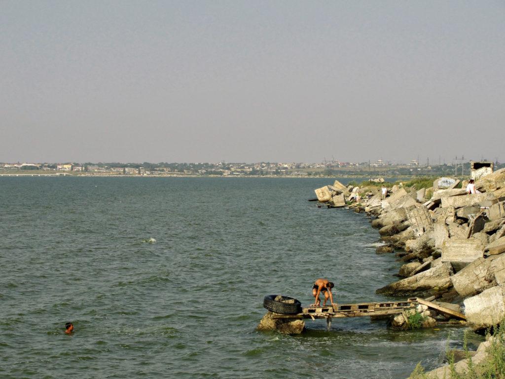 Jezioro Chadżibejskij Liman i lokalna młodzież skacząca do wody.