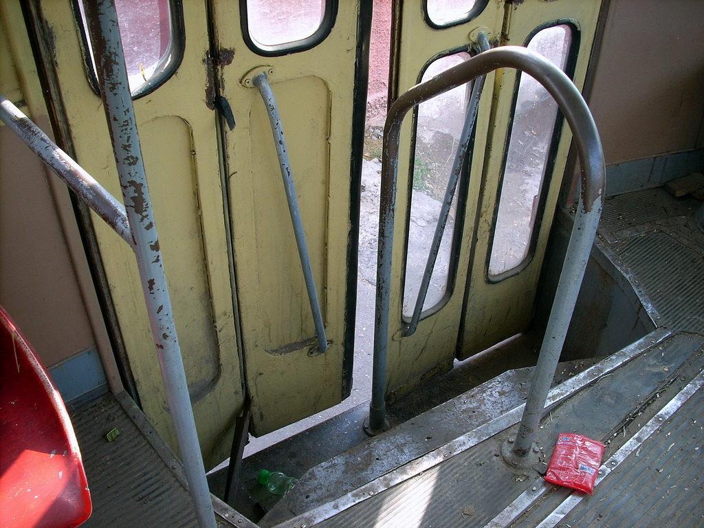 Tramwaje w Odessie wnętrze w środku drzwi