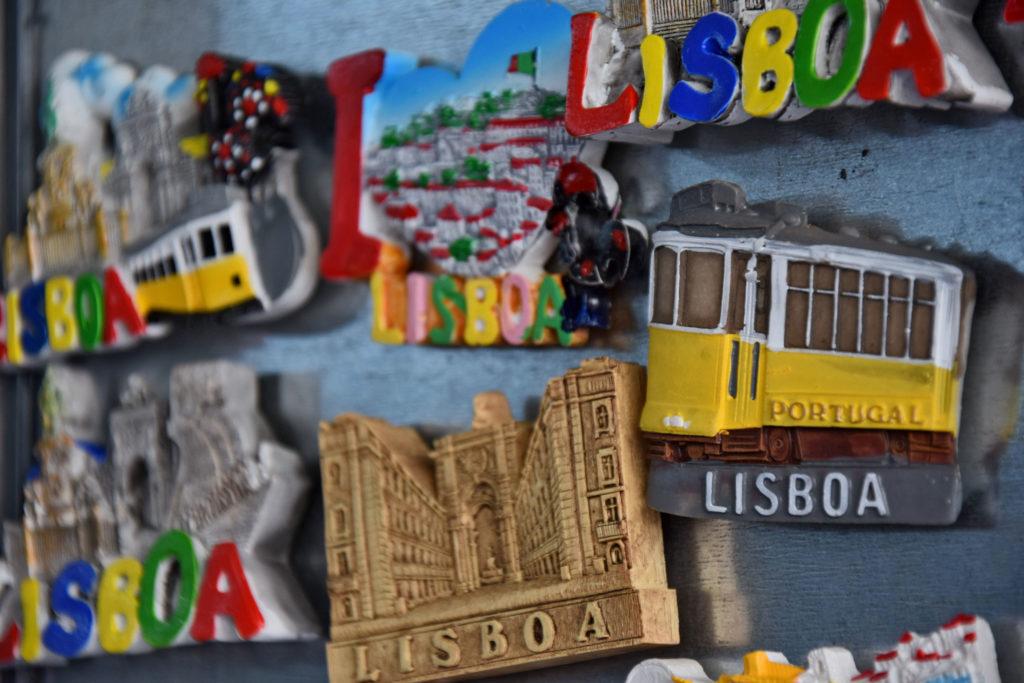 Tramwaje w Lizbonie. Żółte wagoniki są dominującym motywem turystycznym na większości pocztówek i pamiątek z portugalskiej stolicy.