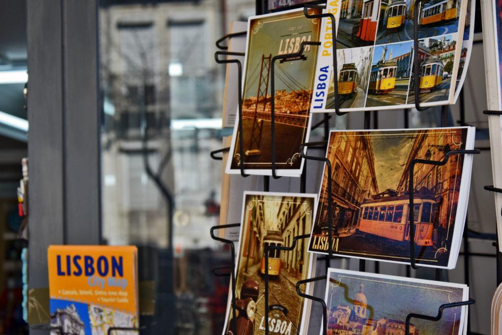 Żółte wagoniki są dominującym motywem turystycznym na większości pocztówek i pamiątek z portugalskiej stolicy.