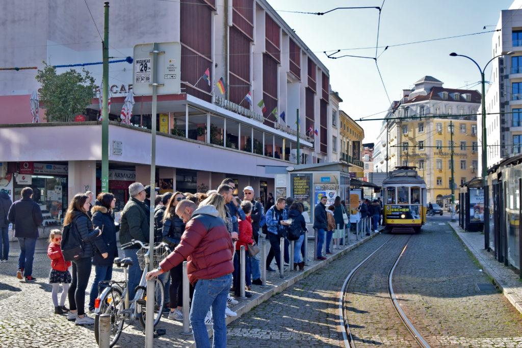 Tramwaje w Lizbonie. Kolejka do tramwaju 28 na placu Martim Moniz. Mimo, że tego dnia tramwaje kursowały na skróconej trasie, chętnych nie brakowało.