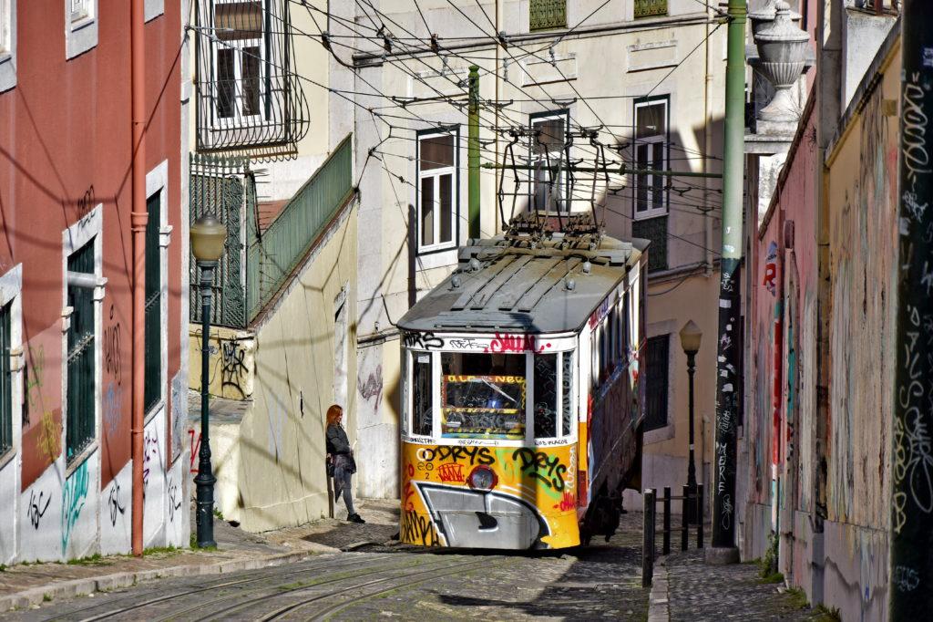 Tramwaje w Lizbonie - linia 28 i zabytkowa Alfama za oknem
