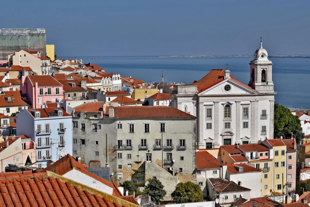Lizbona. Miradouro das Portas do Sol. Jeden z punktów widokowych, obok którego przejeżdża tramwaj linii 28.