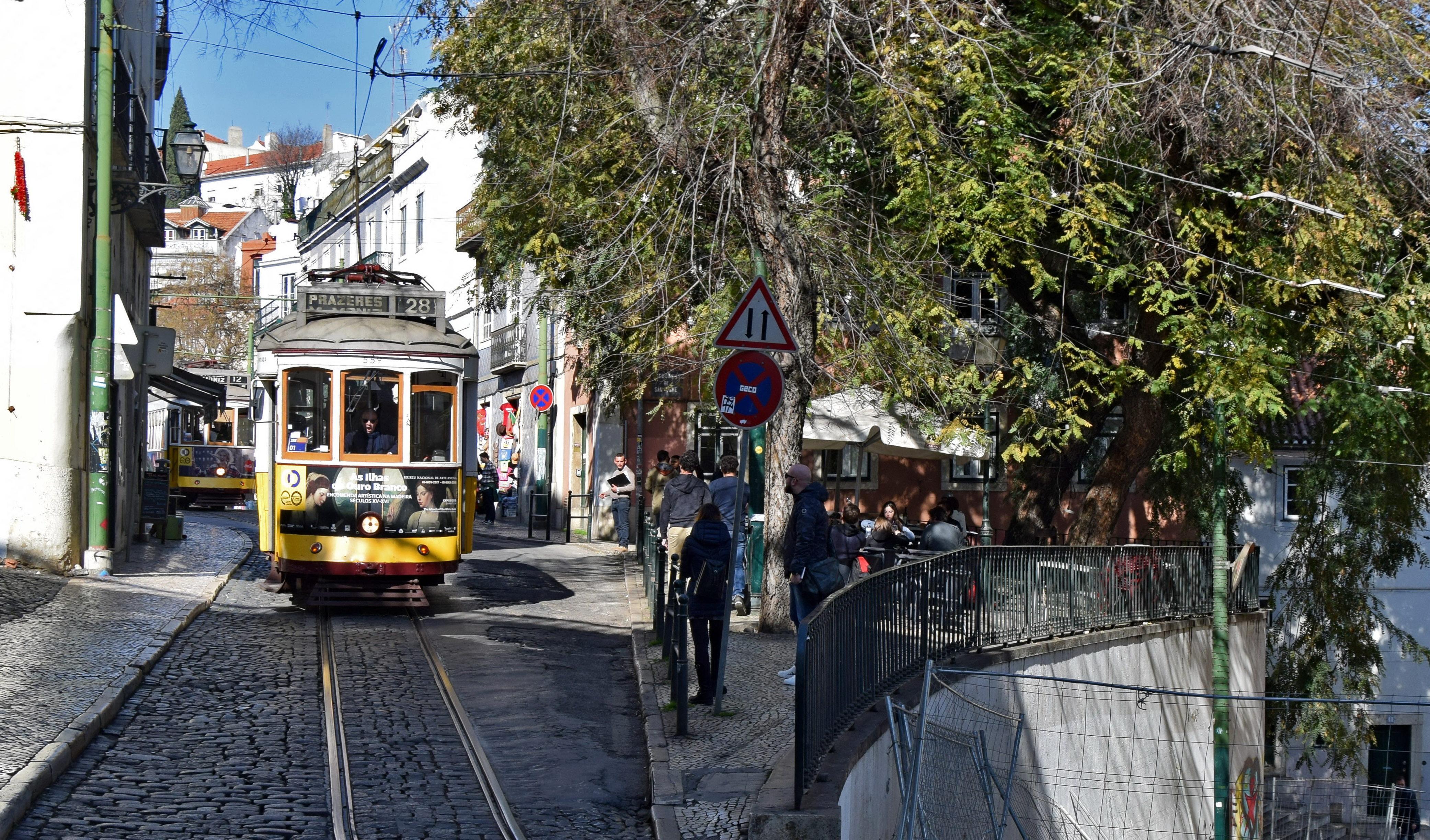 Symbol Lizbony. Tramwaj 28, mozolnie wspinający się po miejskich wzgórzach