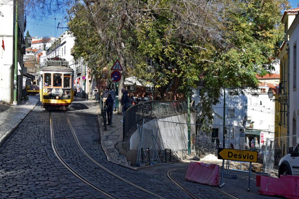 Tramwaje w Lizbonie, linia 28. NieopodalMiradouro das Portas do Sol. Tutaj spotykają się linie 12 i 28, niestety podczas naszego ostatniego pobytu fragment 28 był w remoncie i tramwaje kursowały w tej części miasta tylko na odc. Praca Martim Moniz - Graca.
