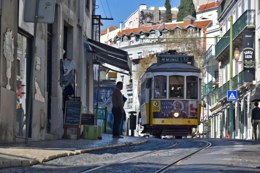 Krótka trasa linii 12, zaczynająca się przy Praca de Figueira, również obfituje w interesujące klimaty. Tramwaje są zdecydowanie mniej oblegane niż słynna linia 28.