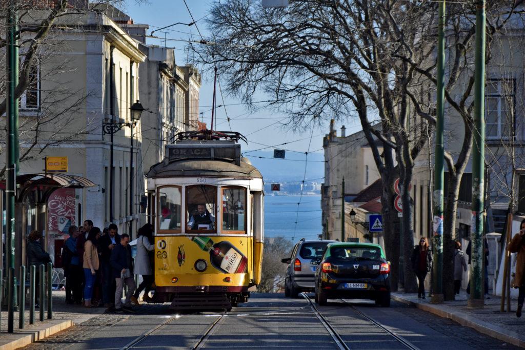 Tramwaje w Lizbonie, linia 28. Z okien tramwaju często można dojrzeć rozległy Tag i zabudowania Lizbony na jego drugim brzegu.
