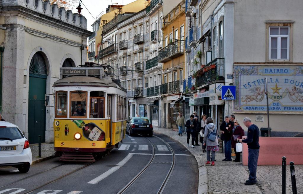 Tramwaje w Lizbonie. Zablokowane torowisko przez lekkomyślnie parkujących kierowców to częsta przyczyna opóźnień na linii.