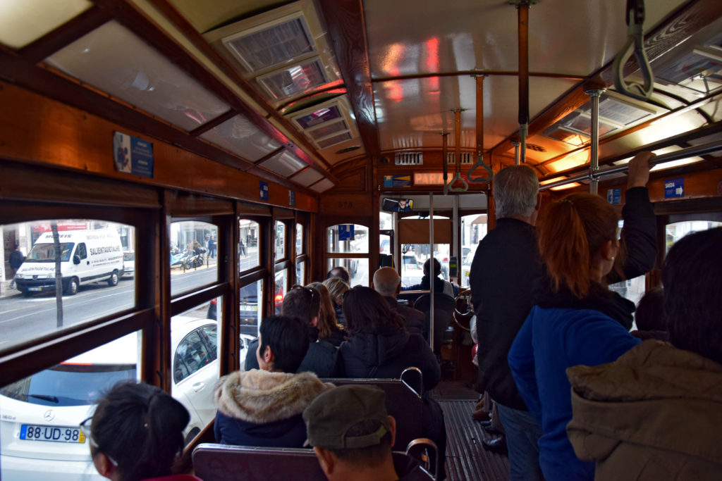 Tramwaje w Lizbonie. Stylowe wnętrze zabytkowego wagonika.