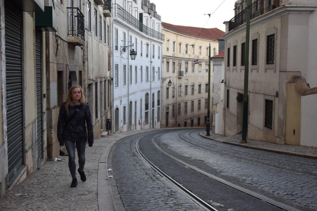 Tramwaje w Lizbonie. Czasem warto wysiąść z zatłoczonego wagonika i przejść się piechotą wzdłuż trasy.
