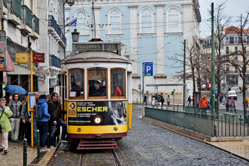 Tramwaje w Lizbonie. Tramwaj linii 28 przyPraça Luís de Camões. Linia 28.