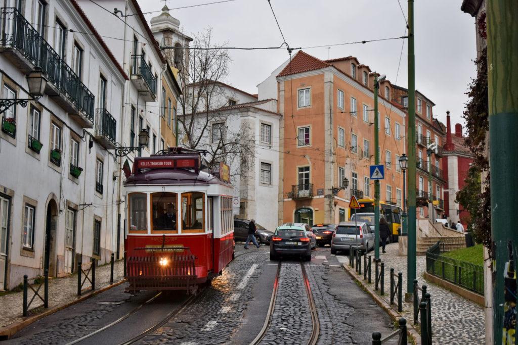 """Tramwaje w Lizbonie. Jeden z zamkniętych przejazdów """"Hills Tramcar Tour""""."""