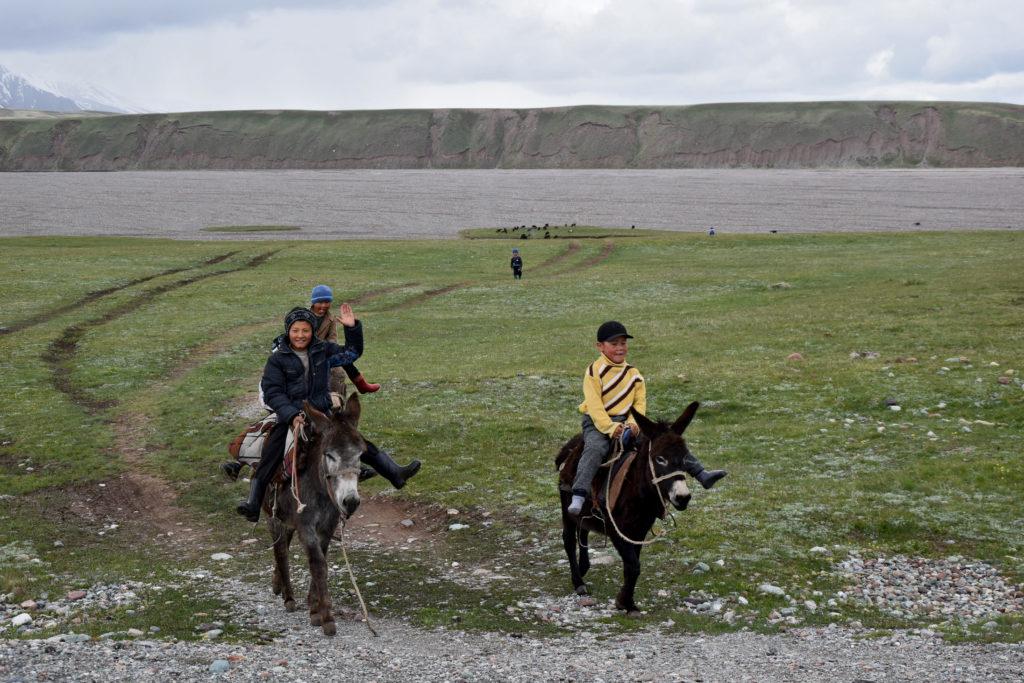Kirgistan dzieci na osłach koniach
