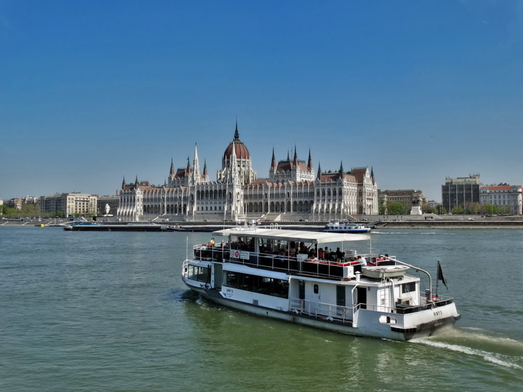 Budapeszt, Parlament. Statek na Dunaju