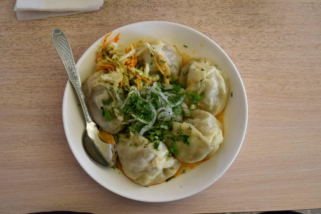 Manty, czyli pierożki z baraniną i cebulą w środku. Bardzo popularne danie obiadowe w Azji Środkowej.