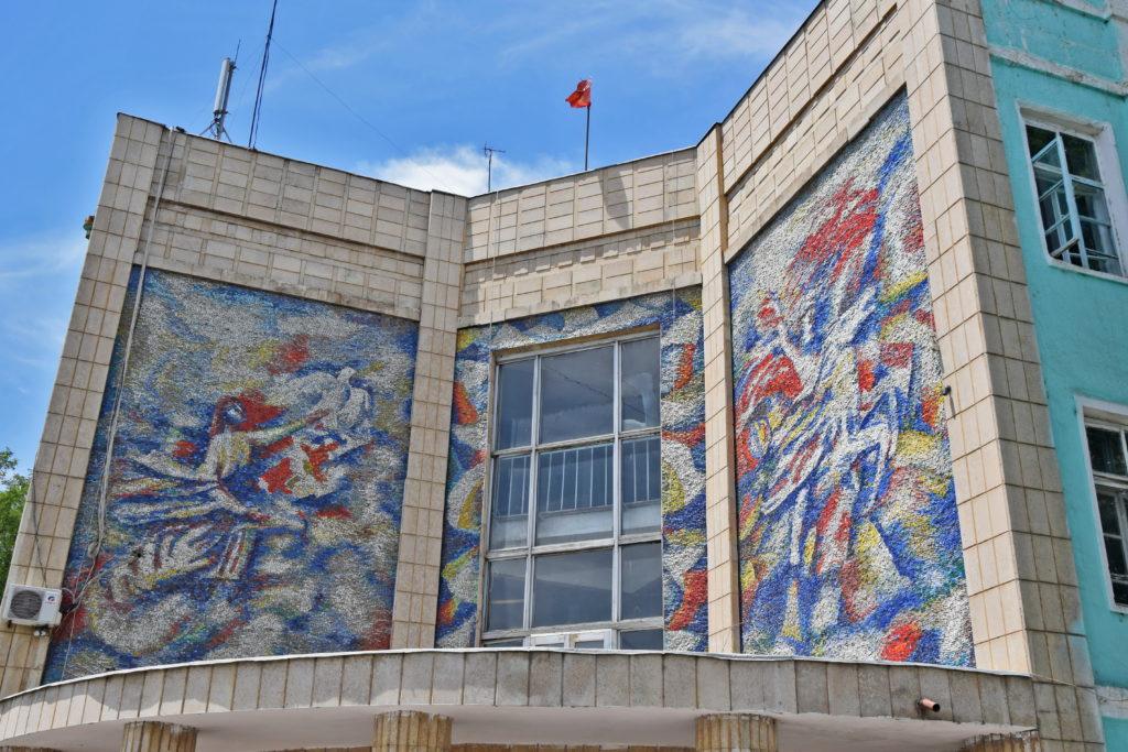 Osz plac Lenina - komunistyczna mozaika na jednym z budynków rządowych.