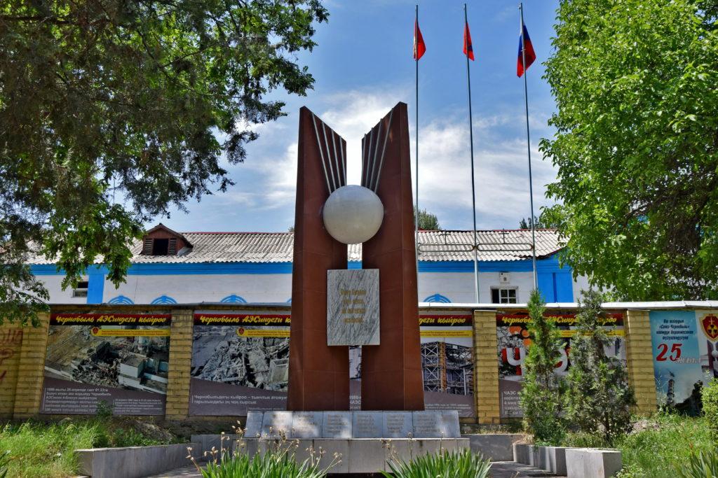Pomnik poświęcony ofiarom katastrofy w Czarnobylu. Czemu akurat w Osz?