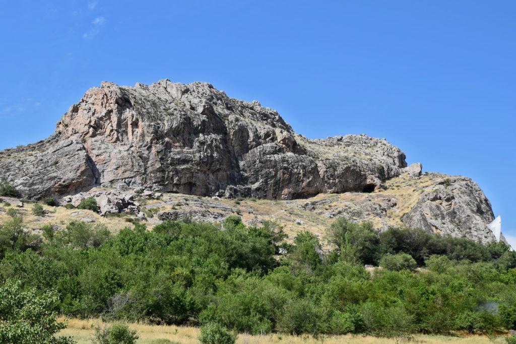 Osz wzgórze Sułajman-too na pierwszy rzut oka wygląda na trudno dostępne.