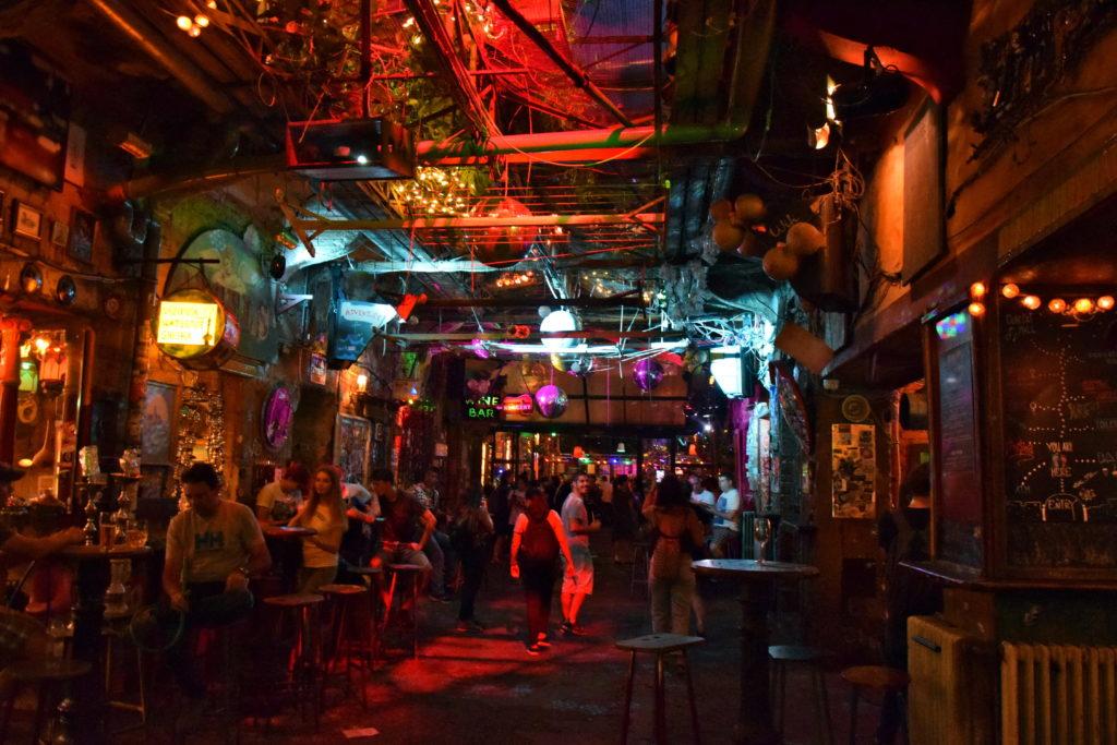 Budapeszt - Pub w zrujnowanej kamienicy (Simpla Kert)