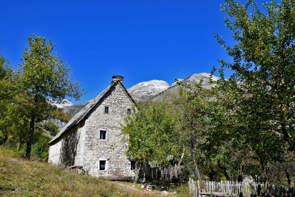 Albania, Góry Przeklęte - Jeden z licznych opuszczonych domów po środku gór.