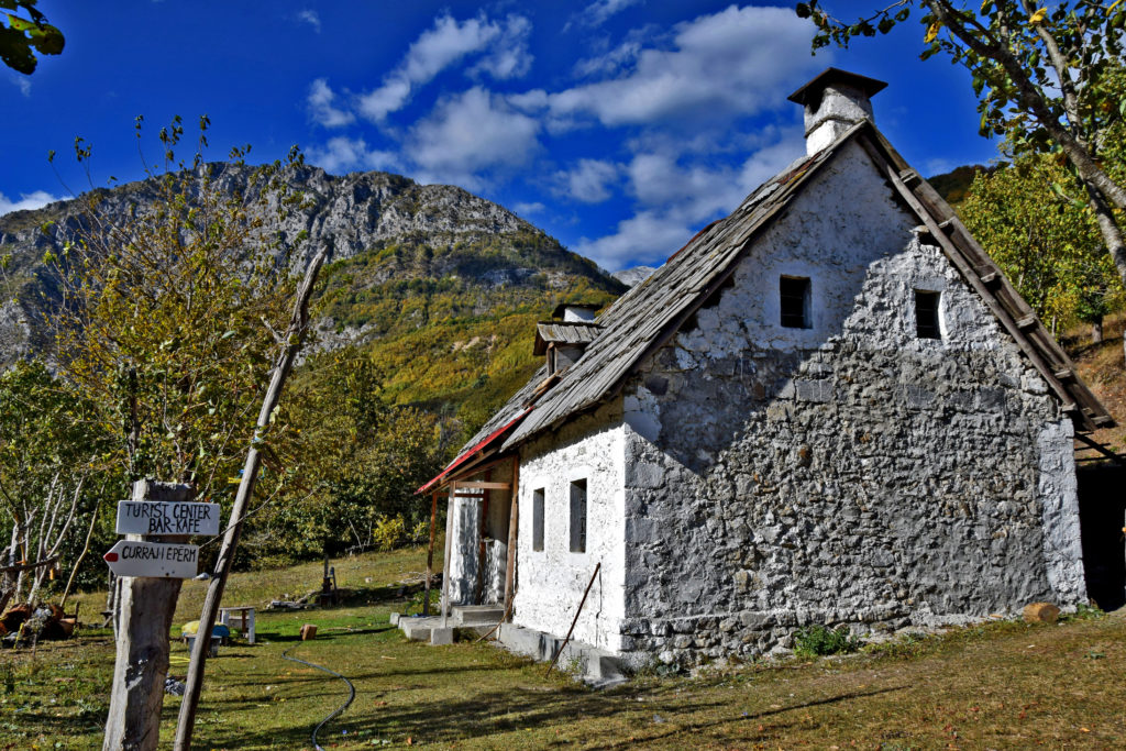 Góry Przeklęte, Albania. Curraj I Epërm - kawiarenka zamknięta poza sezonem.