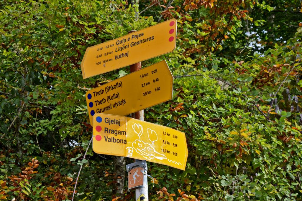 Góry Przeklęte. Takie oznakowanie szlaków znajdziemy tylko w okolicach Theth i Valbony.