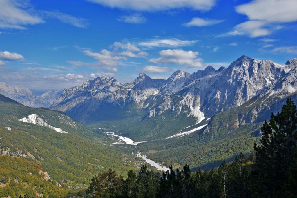 Albania. Góry Przeklęte w całej okazałości -dolina Valbony - widok ze szlaku na Qafe e Valbone (przełęcz Valbona).