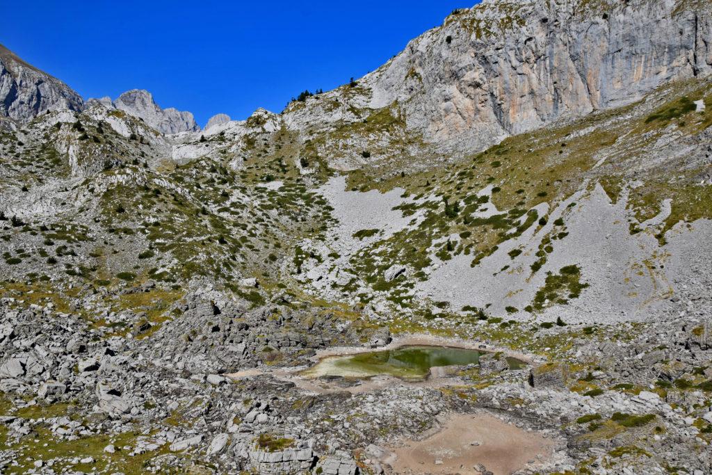 Albania, Góry Przeklęte. Szlak Peak of the Balkans - tuż za przełęczą Qafe e Pejes.