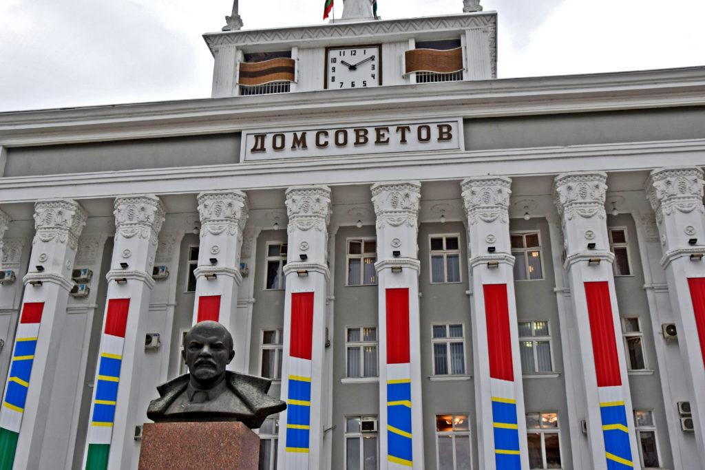 Naddniestrze, Republika Naddniestrza. Tyraspol - rada miejska i popiersie Lenina.