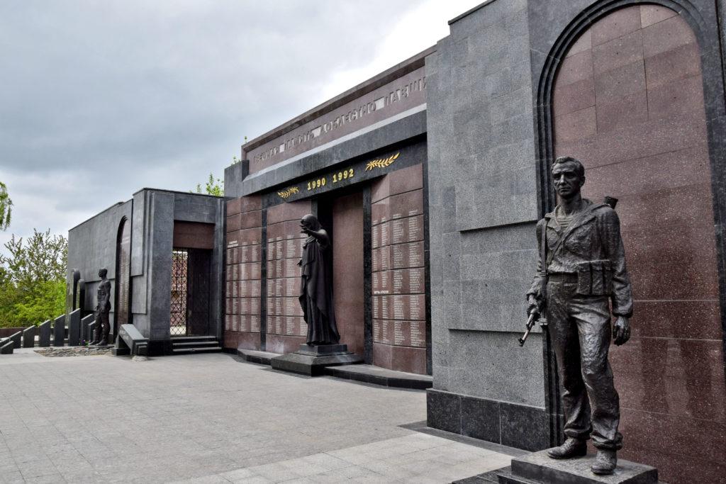 Naddniestrze, Republika Naddniestrza - Pomnik Chwały Wojennej w Tyraspolu - na marmurowej ścianie wypisano 804 nazwiska poległych w wojnie o niepodległość Naddniestrza.