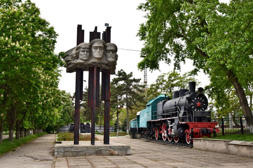 Naddniestrze, Republika Naddniestrza - Bendery - pomniki przed dworcem kolejowym.