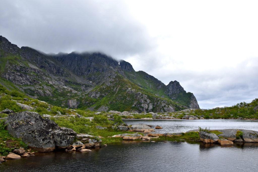 Norwegia, Lofoty, trekking. Po pierwszym etapie wspinaczki doszliśmy nad jeziorko - stąd już blisko do punktu widokowego Heiavannet.