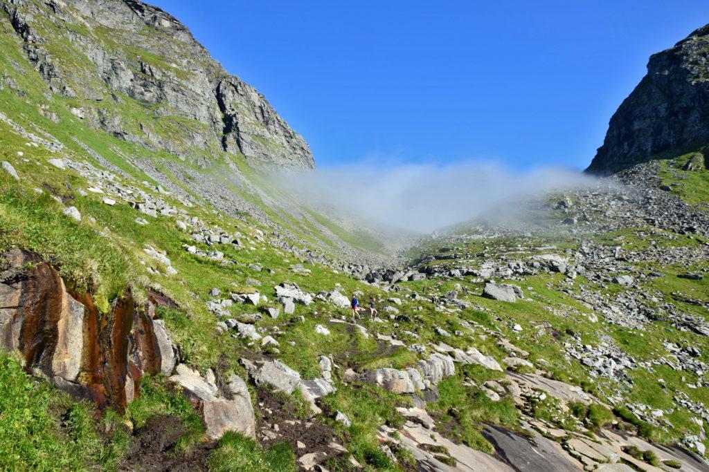 Lofoty, trekking na plaża Kvalvika. Zejście na plażę Kvalvika prowadzi wydeptaną ścieżką wśród skał i traw.