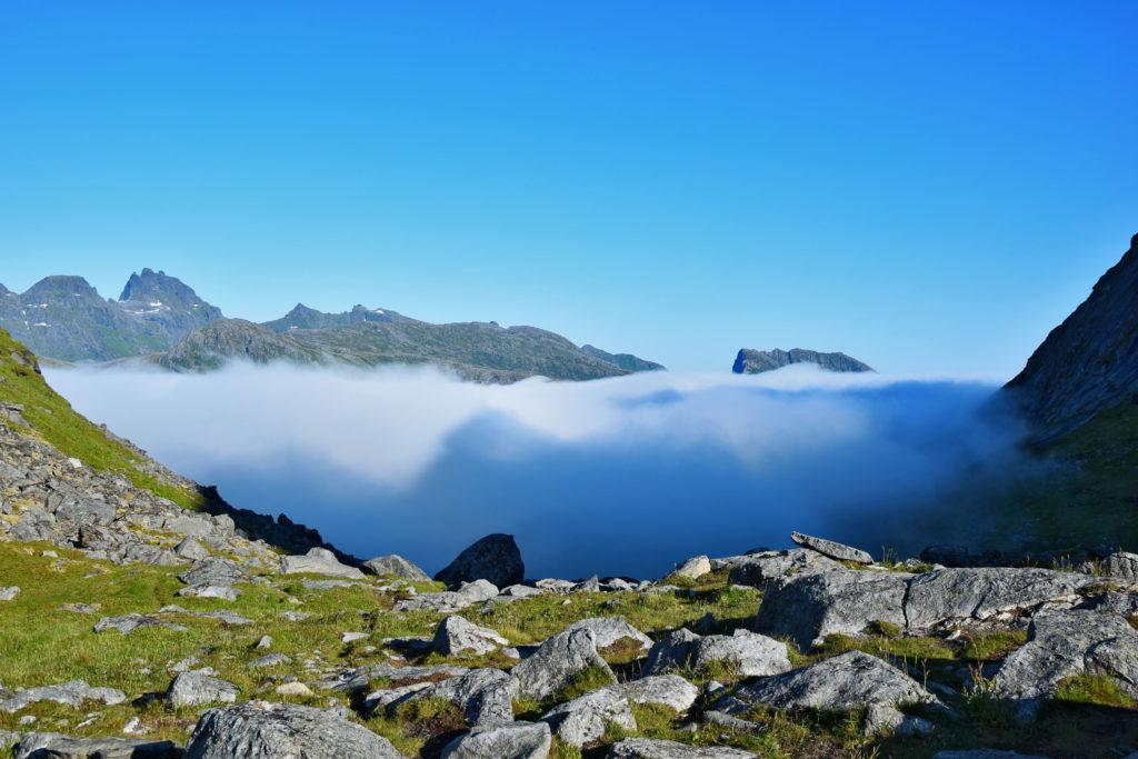 Lofoty, trekking plaża Kvalvika. Taka gęsta chmura potrafi obniżyć odczuwalną temperaturę nawet o kilkanaście stopni - w Norwegii trzeba być przygotowanym na wszystko. Jeszcze chwilę temu moczyliśmy stopy w oceanie - teraz czas zakładać czapki i rękawiczki.