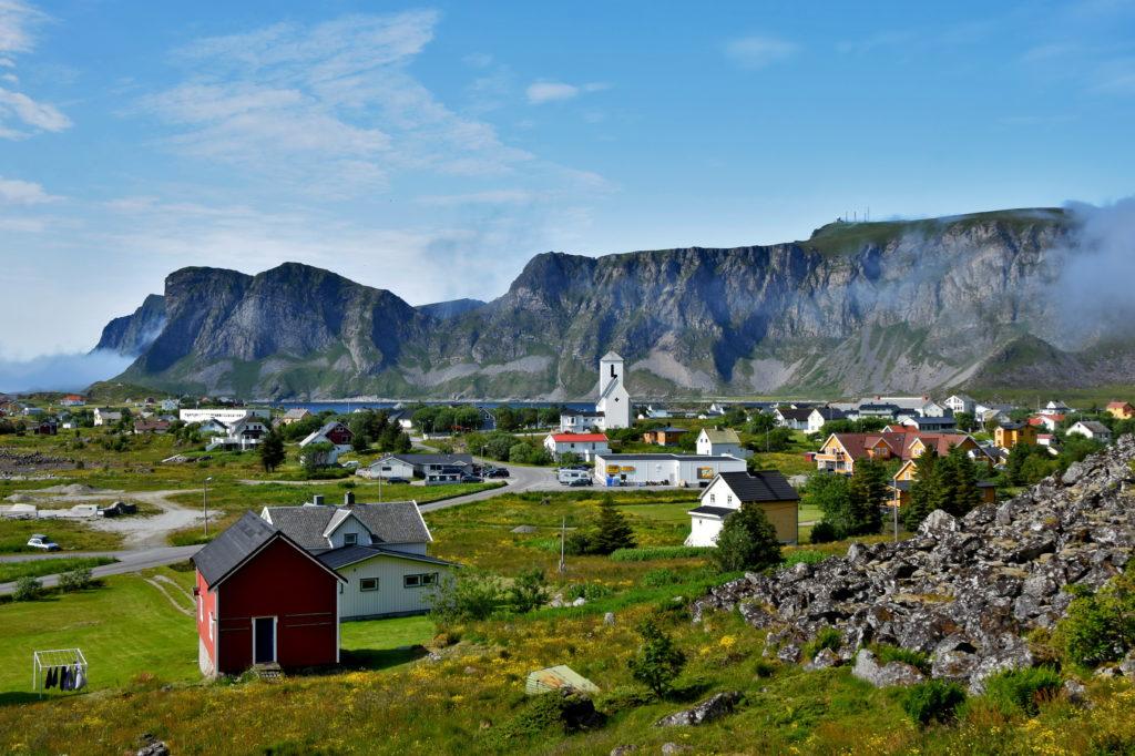 Norwegia, wyspa Vaeroy. Idyllicznie położone Sorland - największa miejscowość na Værøy.
