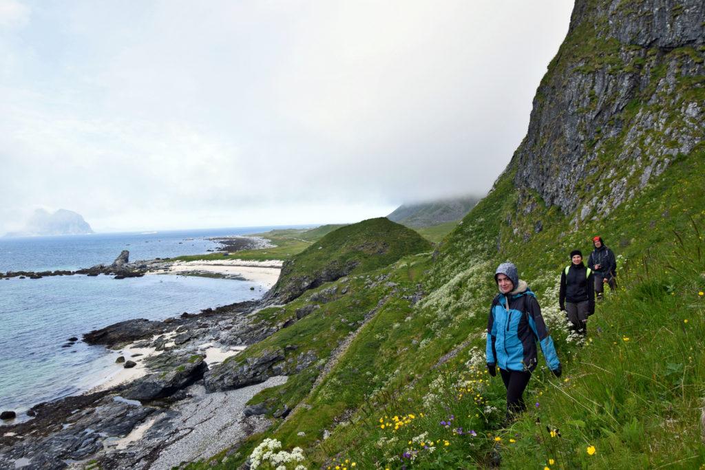 Lofoty, wyspa Vaeroy, trekking szlak. Szlak do na wpół opuszczonego Måstad biegnie cały czas wzdłuż skalistego wybrzeża.