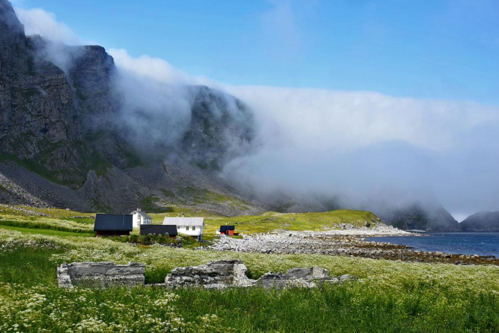 Lofoty, wyspa Vaeroy. Opuszczona wieś Måstad. Kiedyś mieszkało tu kilkaset osób, dziś zostało zaledwie parę - wyłącznie sezonowo.