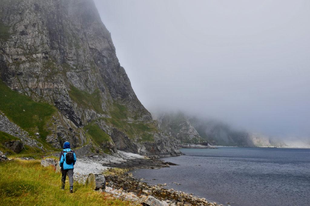 Lofoty, opuszczona wieś mastad na wyspie Vaeroy. Szlak do na wpół opuszczonego Måstad biegnie cały czas wzdłuż skalistego wybrzeża.