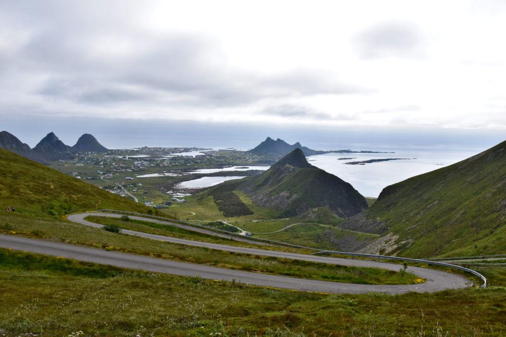 Lofoty, wyspa Vaeroy. Asfaltowe zawijasy w drodze do stacji meteo. W dole najbardziej płaska część wyspy, w której osiedliła się większość mieszkańców.