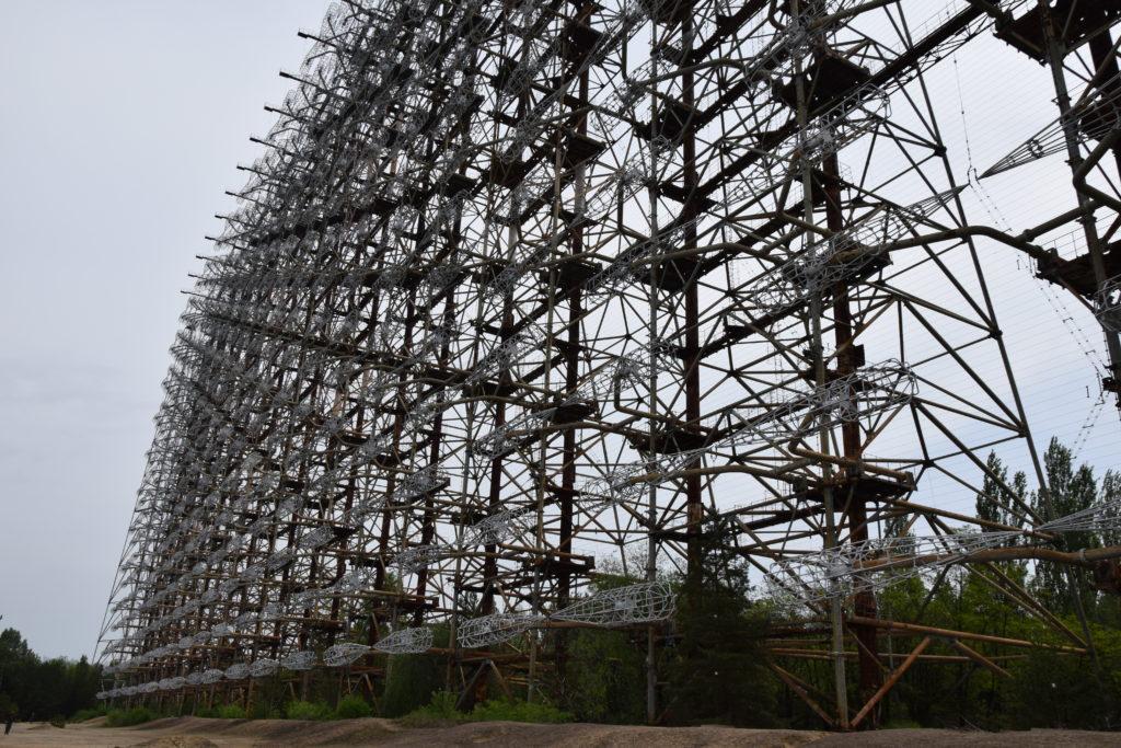 Radar Duga Czarnobyl - Antybalistyczny radar wczesnego ostrzegania, to dwie ogromne konstrukcje, o szerokości 210 i 300 metrów. Jego zasięg - 3000 kilometrów. Imponujące? Pomyślcie sobie, że mieszkacie na 9-piętrze i macie z balkonu widok na coś takiego. A nawet nie wiecie, co to jest - ściśle tajne.