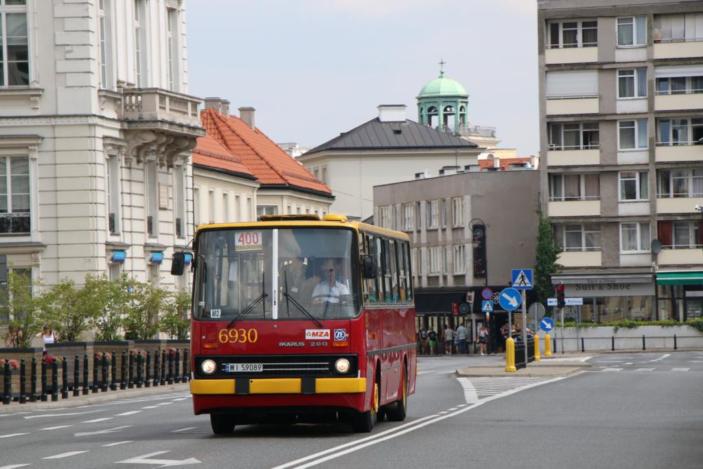 Warszawa, zabytkowy Ikarus 260 6930. Linia 400