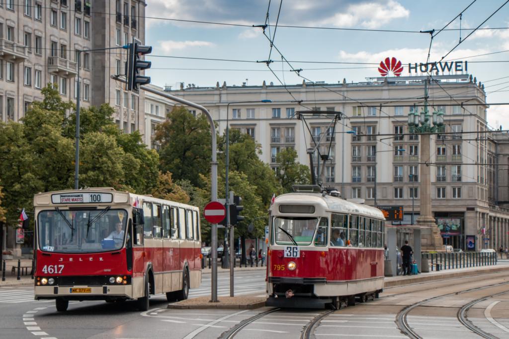 Warszawa, zabytkowy tramwaj 13N i zabytkowy autobus Jelcz.