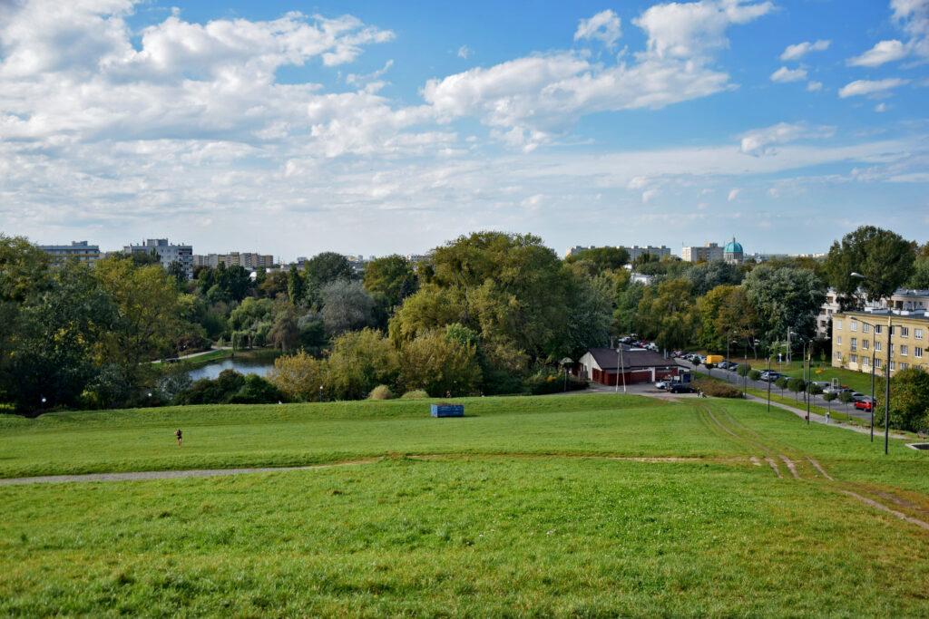 Warszawa, park Moczydło, kopiec Moczydłowski. Widok na miasto.