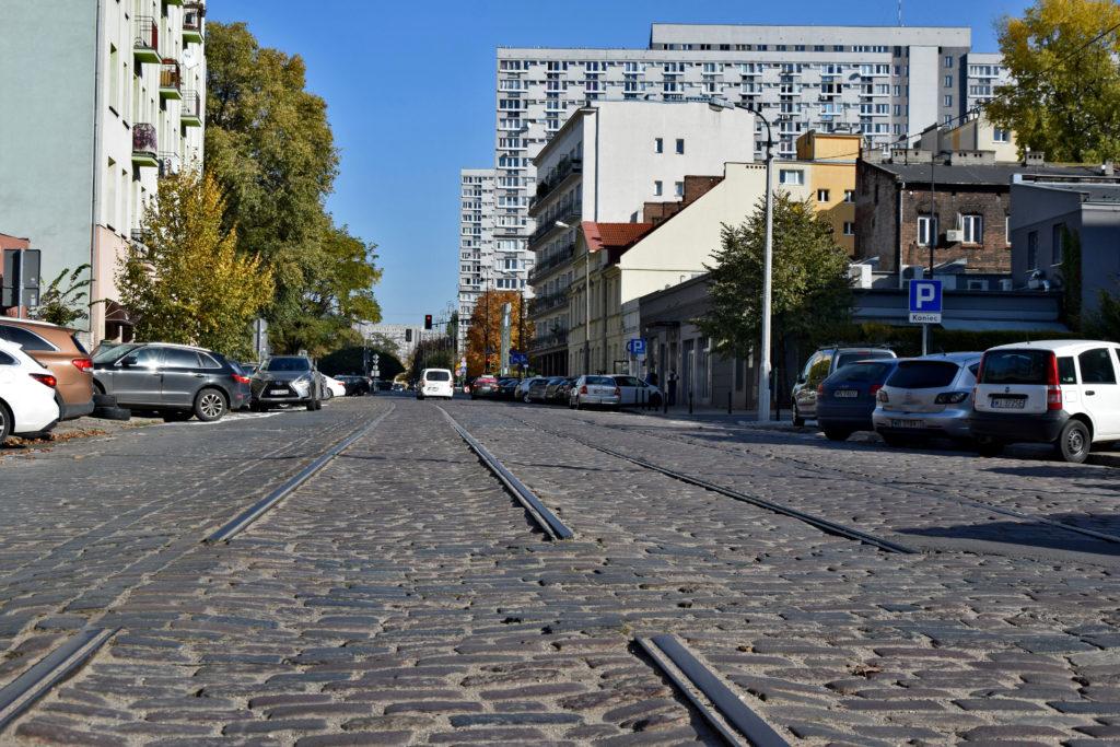 Warszawa, ciekawe miejsca. Ulica chłodna, bruk, osiedle za żelazną bramą. Wola robotnicza.