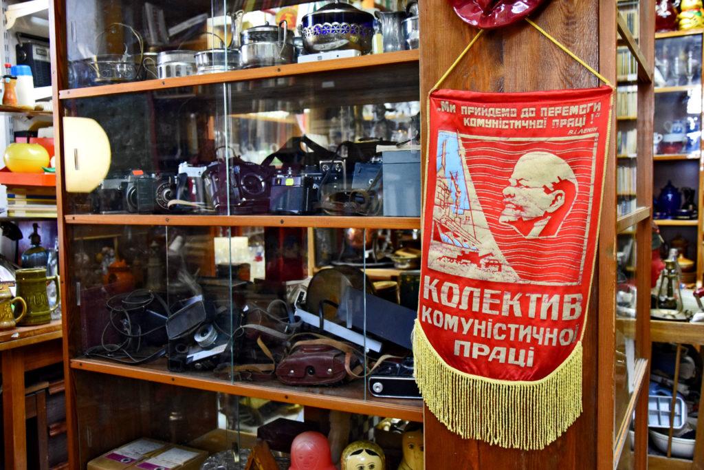 """Warszawa, Antykwariat """"Bareja Klub"""" Praga-Północ. Proporzec z Leninem."""