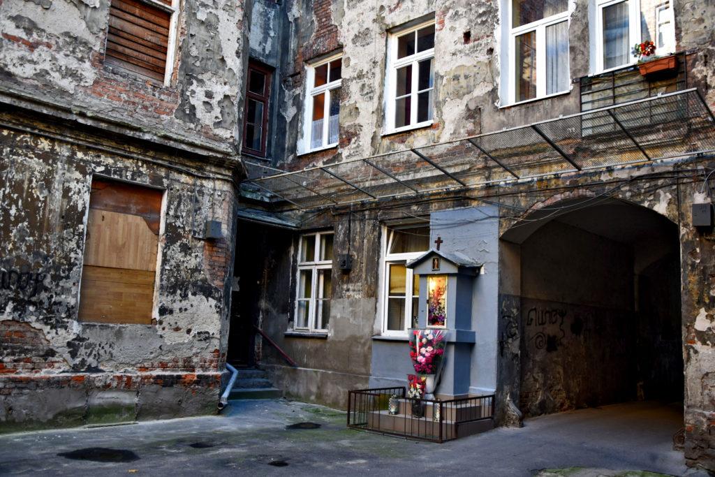Warszawa, ciekawe i nietypowe miejsca. Praga-północ przedwojenna, kapliczka, podwórko.